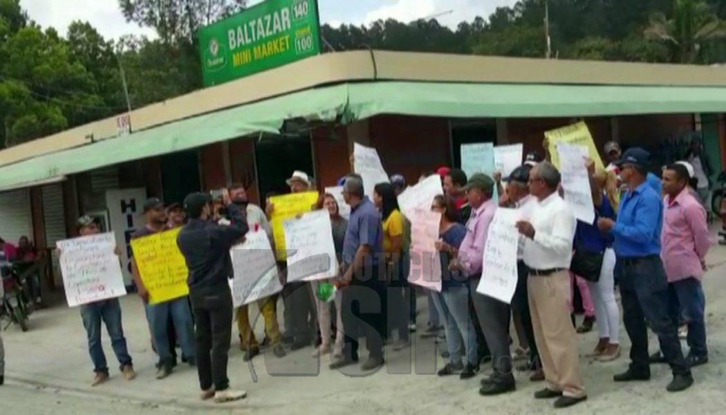 Residentes en Constanza protestan en demanda del arreglo de carretera