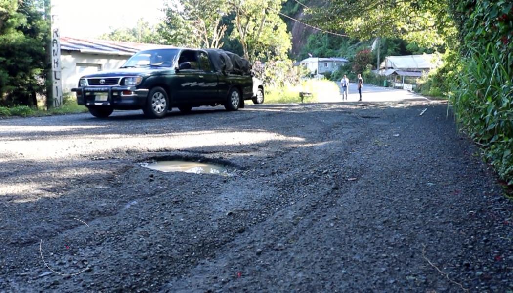 Comunitarios denuncian deterioro de carretera en Constanza
