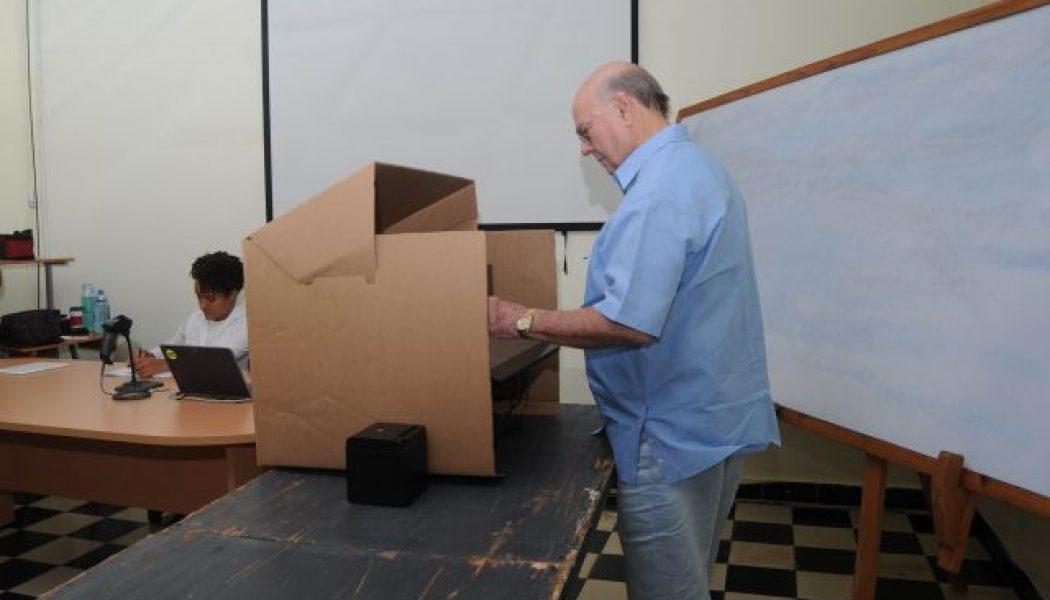 Hipólito Mejía acudió temprano a su colegio electoral para ejercer su voto