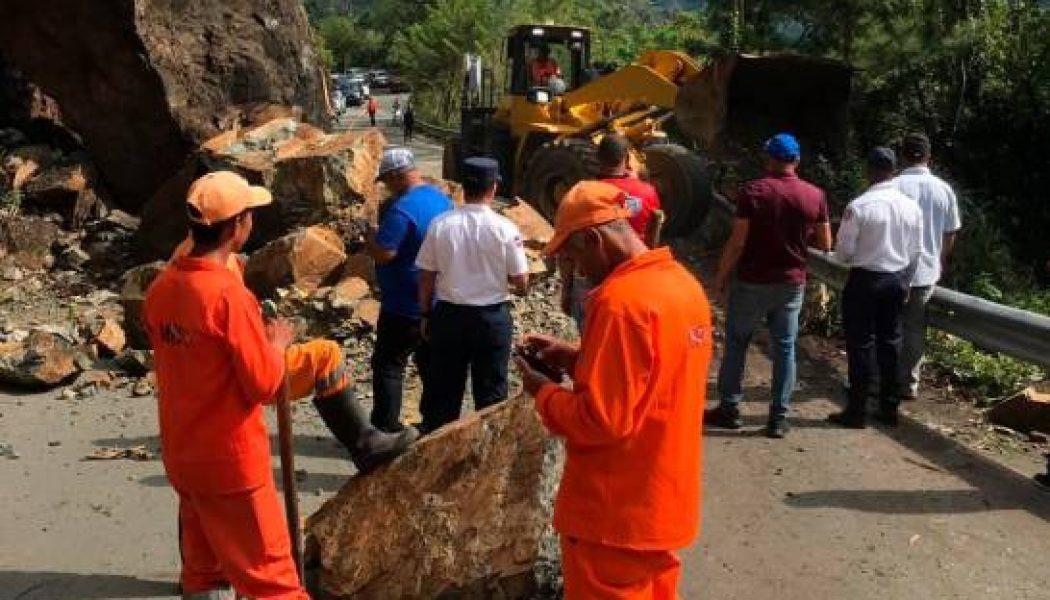 Brigada del Ministerio de Obras Públicas trabaja en deslizamiento de tierra afecta carretera Jarabacoa-Constanza