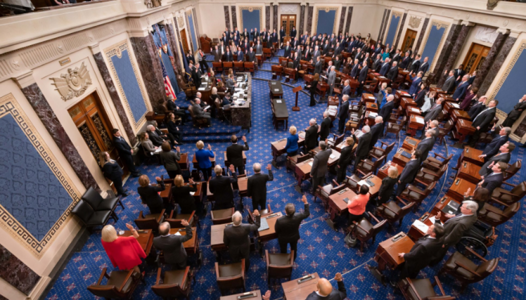Senado rechaza convocar testigos en juicio político contra Trump