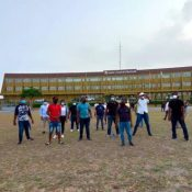 Jóvenes vuelven a protestar en la Plaza de la Bandera