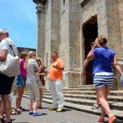 Gobierno sigue plan de abrir el turismo el 1 de julio, pero con condiciones