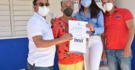 Director del INVI entrega vivienda a señora no vidente en Constanza