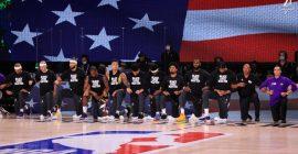 Jugadores de Lakers y Clippers se arrodillaron durante el himno en la reanudación de la NBA
