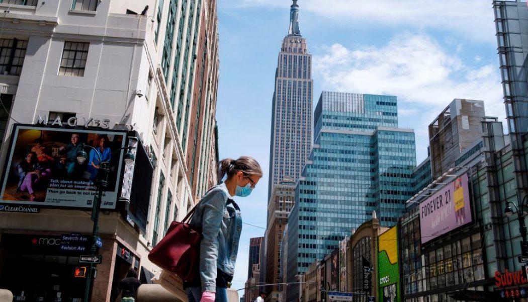 """NYC se encuentra """"al borde"""" del cierre de escuelas y negocios por segunda ola de contagios de COVID-19"""